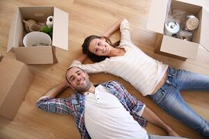 Couple moving | First Alliance Credit Union