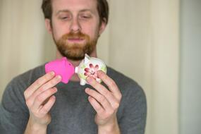 piggy banks kissing | First Alliance Credit Union
