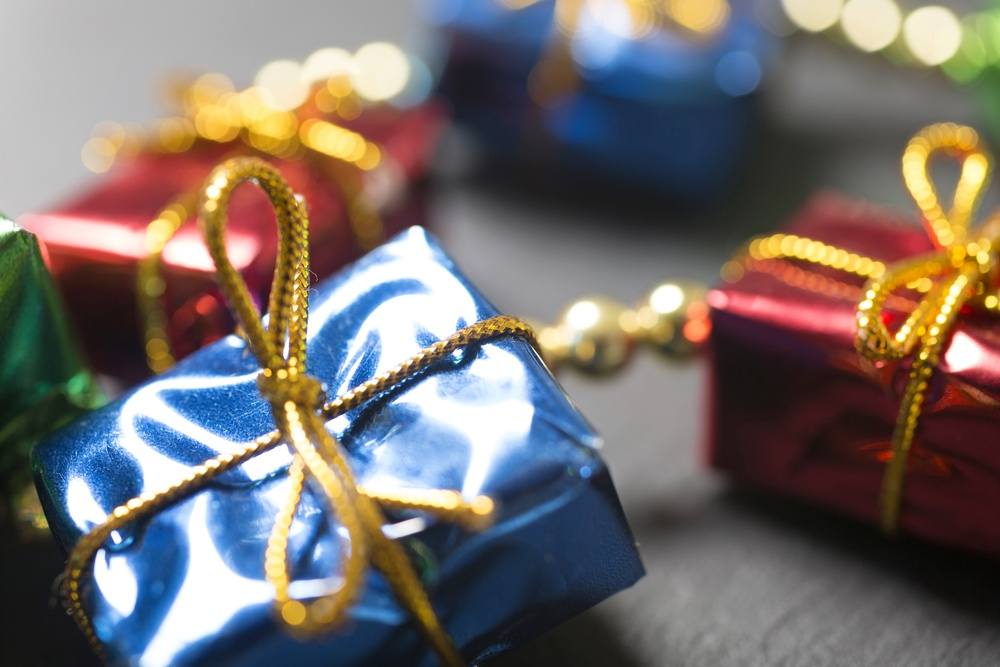 how to save money on holiday shopping   tips to stay on budget when giving gifts   first alliance credit union mn