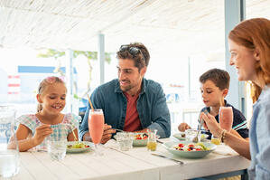 Family at Restaurant   First Alliance Credit Union